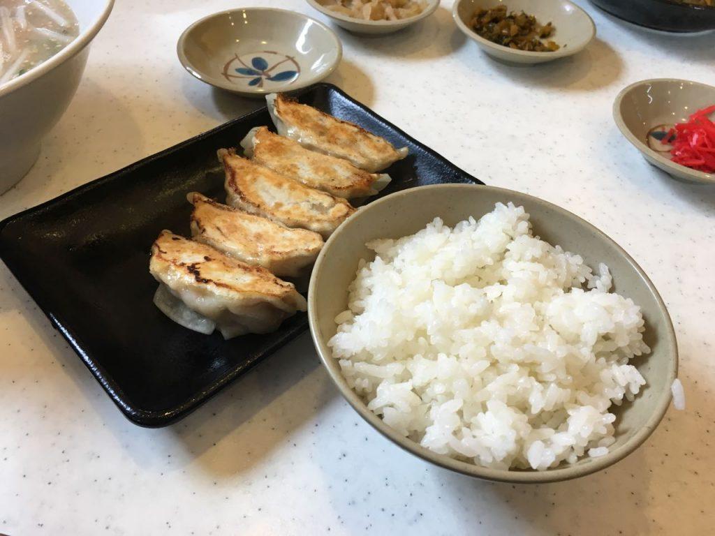餃子定食の餃子とライス